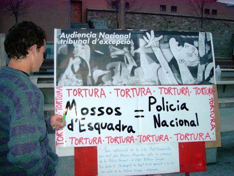 07.04.2003 Pancarta reivindicativa contra les tortures   Manresa -  Altres