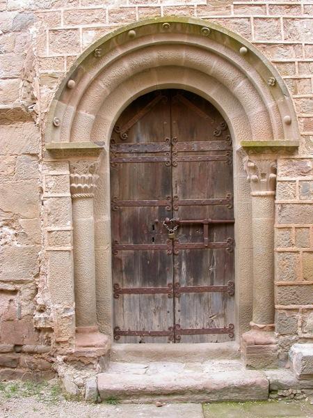 detall de la porta del monestir de Cellers Foto: ramon sunyer - Cellers