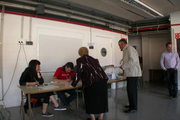 25.04.2010 Consulta sobre la independència mesa electoral situada a les escoles  Torà -  Ramon Sunyer