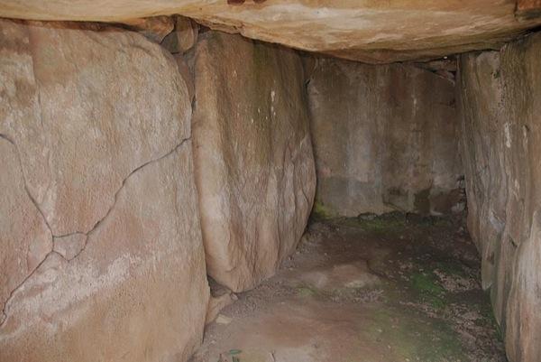 Dòlmen de Llanera pel solstici d'hivern la llum toca al mig de la pedra del fons i a les dues dels costats - Llanera