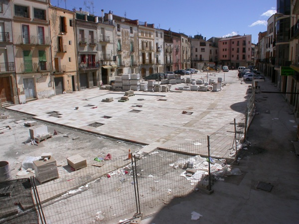 03.05.2010 Les obres d'enllosat gairebé finalitzades       Torà -  Ramon Sunyer