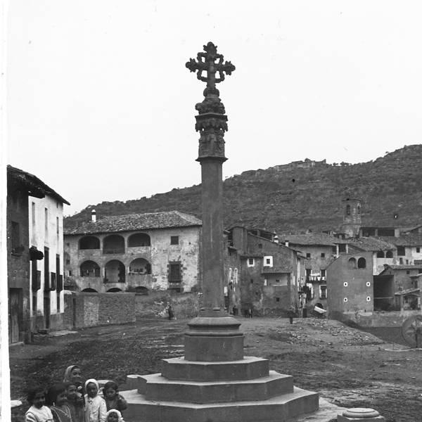 La plaça de la Creu amb la casa Torelló al fons (1913) - Torà