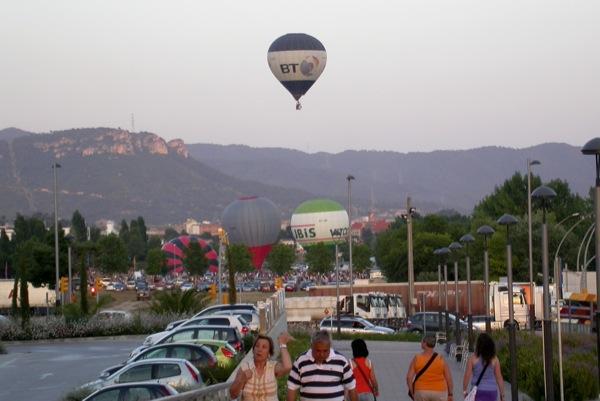 09.07.2010 El globus preparant-se per sortir del camp de vol  Igualada -  Ramon Sunyer