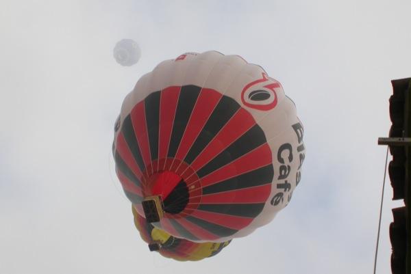 10.07.2010 Volant gairebé arran de teulades  Igualada -  Margarita Bolea
