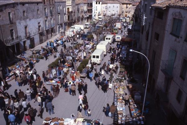 10.04.1983 Vista de la plaça en un mercat del divendres sant  Torà -  Ramon Sunyer