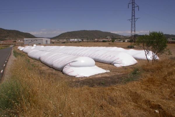25.07.2010 Noves formes de guardar el cereal, sitges de plàstic  Torà -  Ramon Sunyer