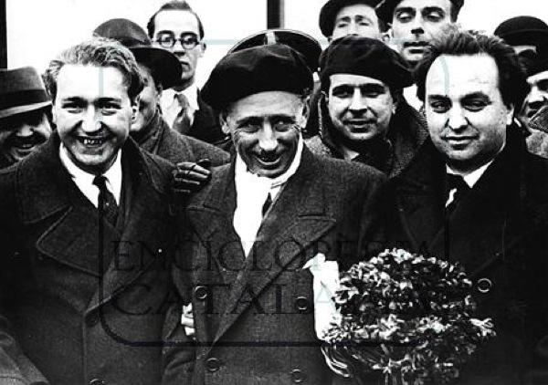 LLuís Companys entre Martí Esteve i Ventura Gassol, membres d'Esquerra Republicana de Catalunya i del govern de la Generalitat, retornant del presidi on havien estat empresonats fruit del moviment polític català del 6 i 7 d'octubre de 1934