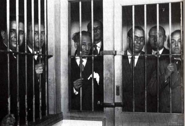 1934, el govern de la Generalitat és empresonat, d'esquerra a dreta: Pere Mestres, Martí Esteve,  Lluís Companys, Joan Lluhí Vallescà, Joan Comorera, Martí Barrera i  Ventura Gassol -