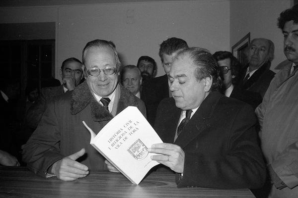 Jaume Coberó presentant el seu llibre a Jordi Pujol, llavors president de la Generalitat (1983) Foto: Ramon Sunyer - Torà