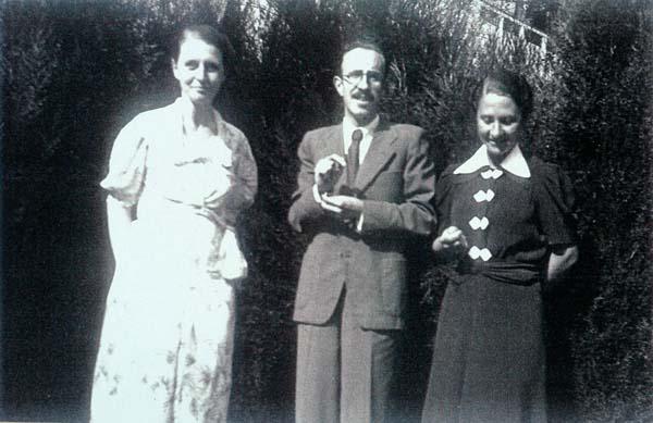 D'esquerra a dreta, Mercè Figueras, Màrius Torres i Esperança Figueras el 1939                                  -