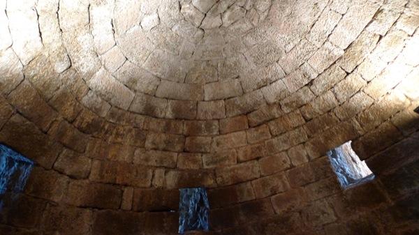 Sostre del terrat, volta romànica de pedra treballada i escairada. accès als matacans exteriors. - Vallferosa