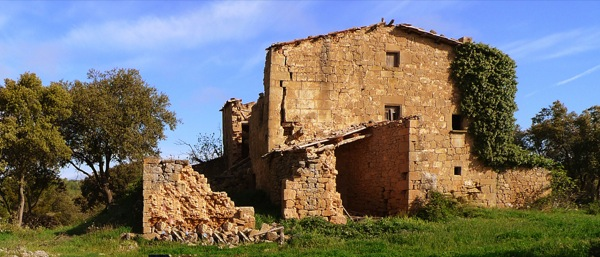 25.04.2010 Mas anomenat santa Maria de Llanera, doncs te adossada a la seva pared est una capella romànica, de la que l'any 2006 es va esfondrar la façana i part de la volta del interior.  Llanera -  Xavier Sunyer