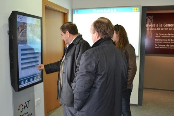 L'alcalde de Torà comprova un dels panells informatius -
