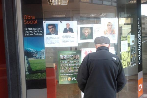 21.02.2011 Un vilatà interessant-se pels cartells electorals  Torà -