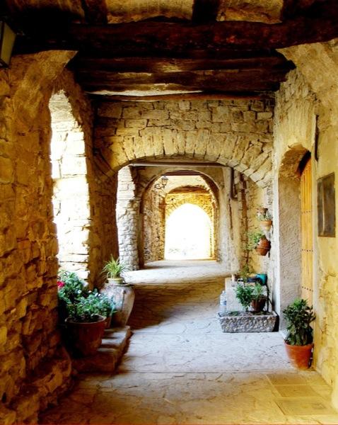 Detall d'un carrer cobert - Montfalcò Murallat