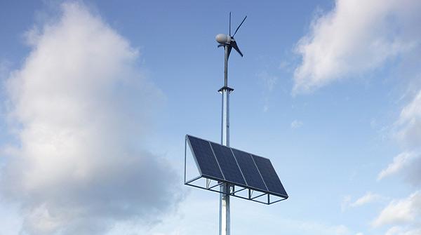 Detall dels panells solars i eòlic del radar - Biosca