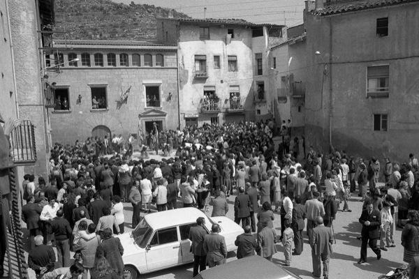 11.04.1984 Vista general de la plaça del Vall durant la cantada  Torà -  Ramon Sunyer