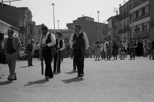 11.04.1984 Els trabucaires són els que van al capdavant anunciant a totes les masies que, rera d'ells, vénen els músics  Torà -  Ramon Sunyer
