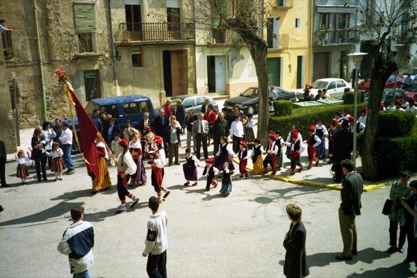 11.04.1999 Desfilant per la plaça del Vall  Torà -  Ramon Sunyer