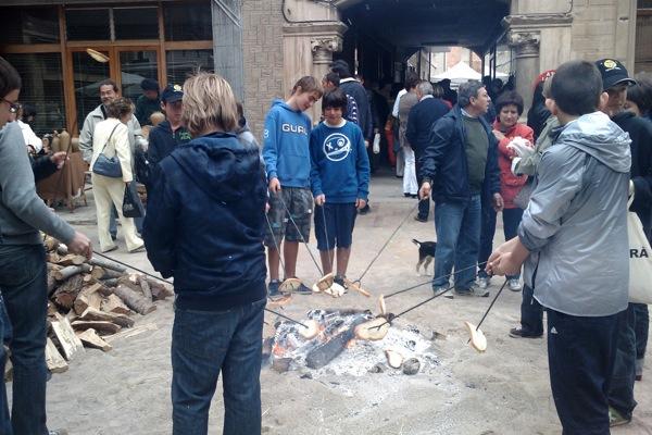 22.04.2011 les torrades a la plaça del pati  Torà -  Ramon Sunyer