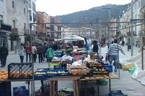 22.04.2011 A la nova plaça del Vall, s'ha restringit el nombre de parades  Torà -  Ramon Sunyer