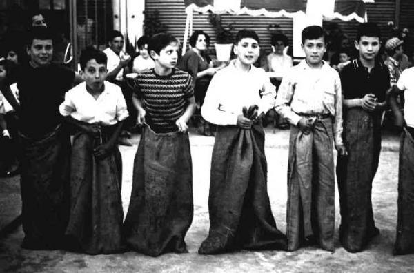20.07.1966 Cursa de sacs a l'snack anys 60. D'esquerra a dreta: Ramon Sunyer, Lluís Solé, JM Castellà, Antònio Salcedo, Jaume Torres i Francesc Sunyer  Torà -  Ramon Santesmasses