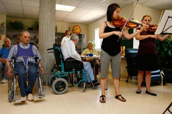 actuació de l€™Ensemble de Violes d€™AIMS 2010 al Centre Sanitari del Solsonès - Solsona