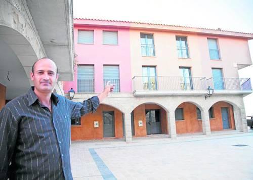 Xavier Rosell mostra la casa que el poble de Cabestany cedeix per a un allotjament rural.
