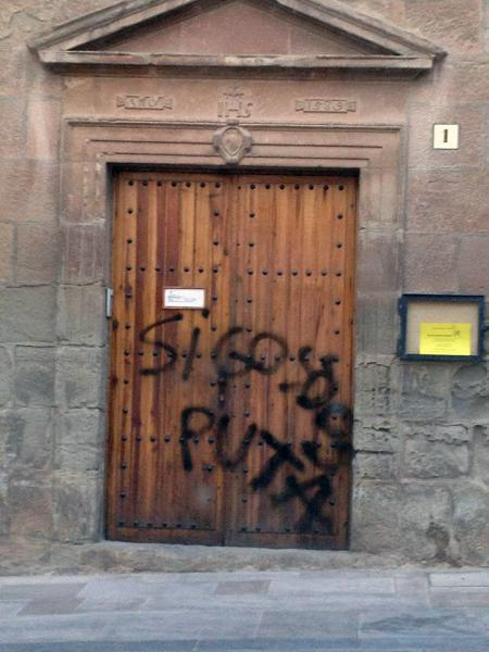 Pintada a la porta de l'ajuntament -