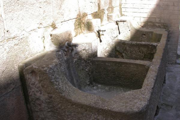 10.04.2012 Piques laterals, emprades per rentar les verdures  Torà -  Ramon Sunyer