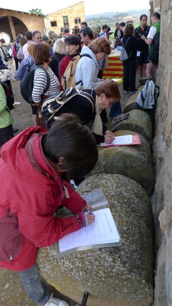 29.04.2012 Recollida signatures per la recuperaci  Puigredon -  Xavi