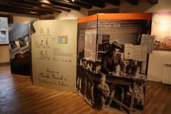 Plafons informatius expliquen els canvis soferts per l'escola rural - Castellar de Ribera