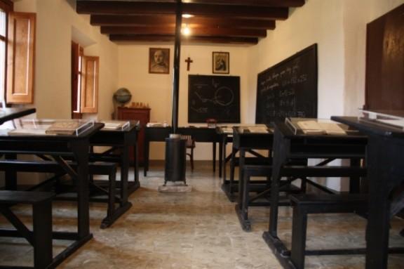 L'aula de l'escola rural del poble es manté de manera intacte com era durant l'època de la postguerra