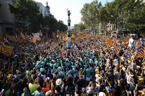 Els castellers també presents a la anifestació diada-12 - Barcelona