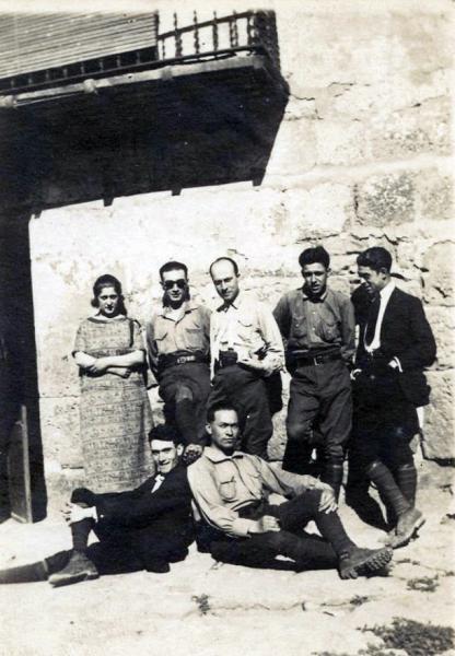 03.05.1923 Família posant devant de casa  Torà -  cedida per Joan Casanovas Estapé