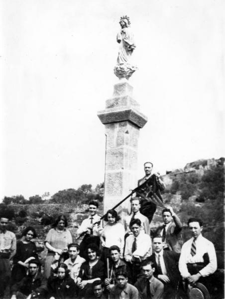 03.05.1923 Grup a la Creueta, per la bandera podrien ser els Priors del Roser  Torà -  cedida per Joan Casanovas Estapé