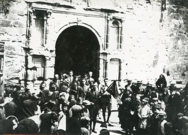 03.05.1923 Sortida de missa, segurament la diada del Roser  Torà -  cedida per Joan Casanovas Estapé
