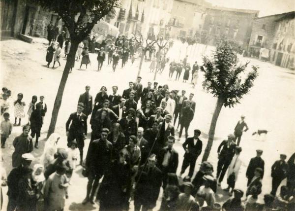 03.05.1923 Grup a la plaça del Vall segurament esperant la ballada de la dansa del Roser  Torà -  cedida per Joan Casanovas Estapé