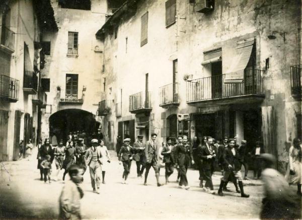 03.05.1923 La plaça del Pati, a la sortida de missa  Torà -  cedida per Joan Casanovas Estapé