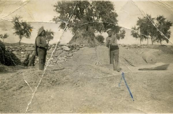 22.07.1944 Ramon Sunyer Ribera (fill) i Enric Sunyer Solé (pare) batent a l'era de les Torrovelles  Torà -  Miquel Sunyer