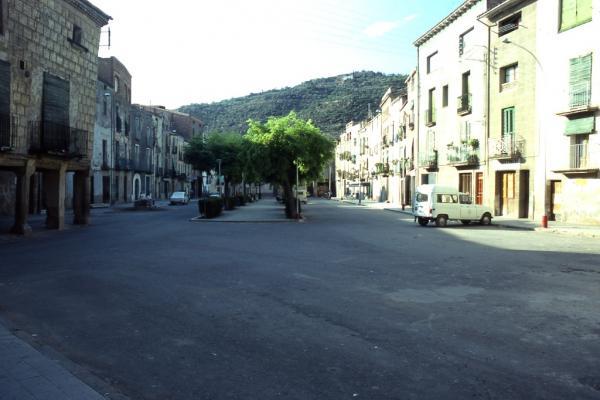 08.08.1982 Plaça del Vall, encara amb la casa porxada  Torà -  Ramon Sunyer