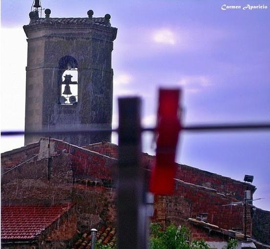 16.09.2013 Plou, campanar de Torà des de la meva finestra  Torà -  Carmen Aparicio