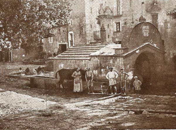 20.09.2013 La font de la vila de Torà, any 1933  Torà -  Carmen Aparicio