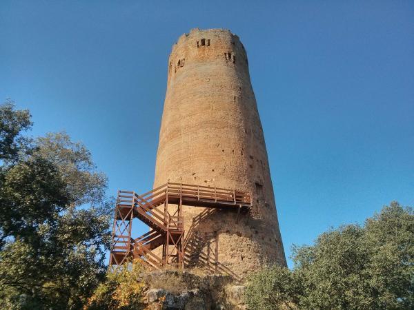 La torre presenta un color vermellós degut a l'òxid de la terra - Vallferosa