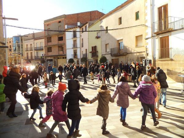"""26.12.2013 un centenar de nens van fer  """"cagar"""" el tió  Torà -  CC Segarra"""