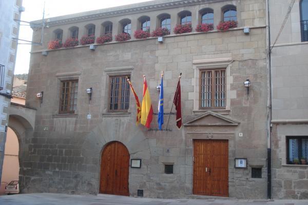 20.06.2014 l'ajuntament ha penjat banderes amb motiu de la coronació  torà -  antoni pinós