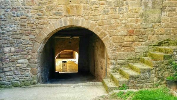 Vila closa de  Carrer de l'Església - Autor Ramon Sunyer (2015)
