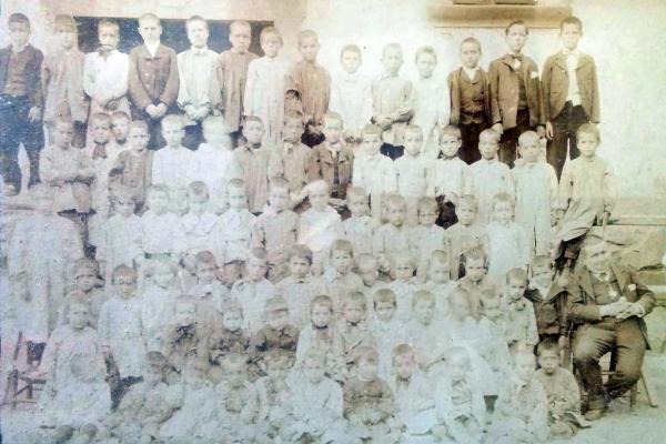 Escola de nens de Torà any 1904 dirigida per Ramon Vila i Torregasa -