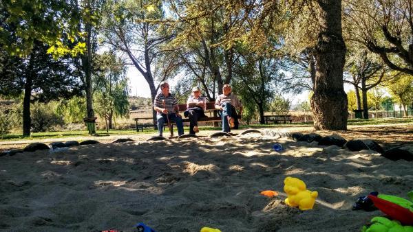 20.09.2015 Fent petar la xerrada al parc  Torà -  Ramon Sunyer