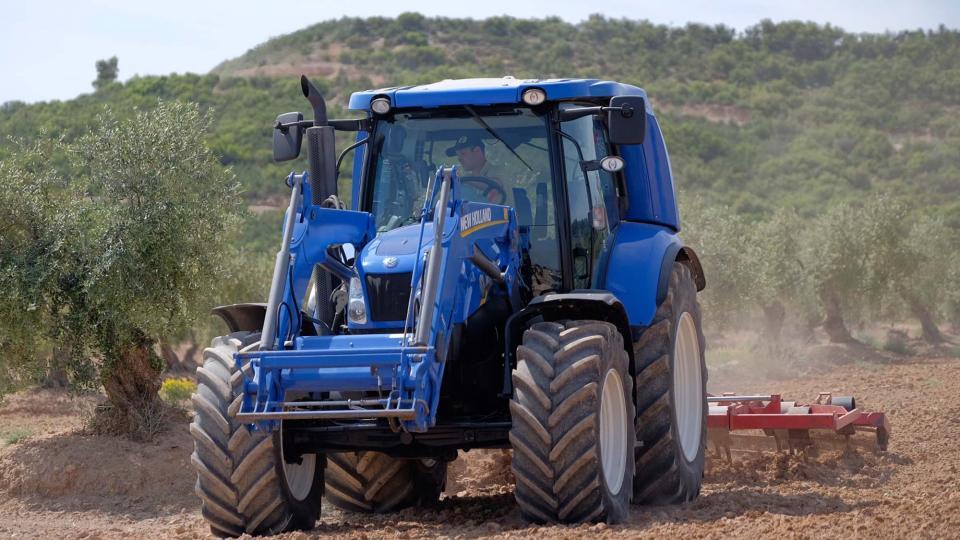 New Holland estrena el primer tractor de metà